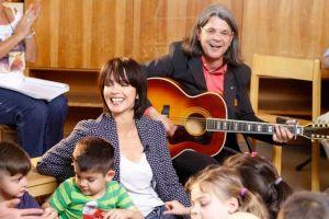 Nena singt mit Kindern und Dr.Adamek